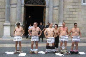 Los despedid@s por Seat se concentran y se desnudan en la Plaça Sant Jaume