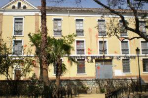 Málaga. Aparece ensangrentada la fachada del Centro de Internamiento de Extranjeros de Capuchinos