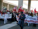 Unos 200 trabajadores se concentran en el aeropuerto de Palma para exigir la readmisión de 5 trabajadores de handling