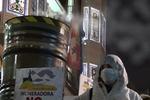 Plataforma Meseta Limpia arrastra una chimenea humeante en el Carnaval de Palencia en protesta contra la Incineradora de Ampudia