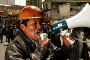 Perú: Miles de manifestantes contra la minería cierran aeropuerto