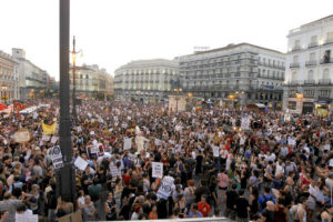 Miles de manifestantes le dicen al Papa en Madrid «No con mi dinero»