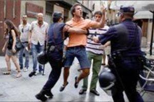 Un católico agrede a un manifestante laico y la policía no le presta ayuda