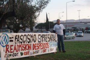 Alberto García, tres setmanes acampat davant de Seat Martorell per exigir el seu reingrés a l'empresa
