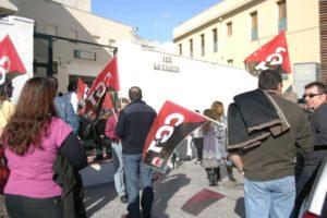 La Delegada de Educación de Cádiz permite colgar Santas y censura un cartel alusivo a la religión fuera de la Escuela