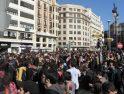 Miles de personas se concentran en el IES Luis Vives de Valencia
