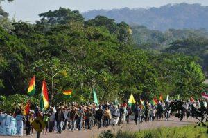 Derechos indígenas en Bolivia: avanza marcha contra carretera y gobierno