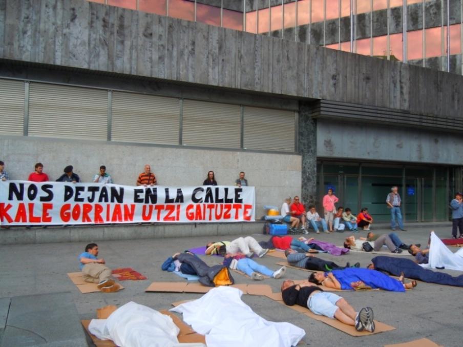 Bizkaia: Las administraciones nos dejan en la calle
