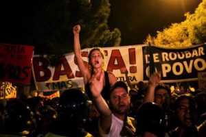 Lisboa cede a la presión de la calle y se replantea los recortes