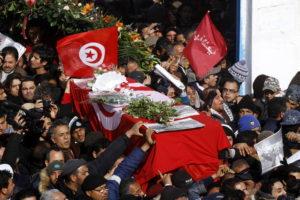Funeral, resurrección, peligro en Túnez: El entierro multitudinario de Chukri Belaid