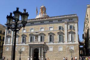 Dolors Carrasquilla se encadena de nuevo ante el Palau de la Generalitat e iniciará una huelga de hambre