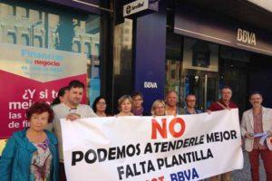 [Fotos] CGT se concentra ante sucursales del BBVA en Castelló en demanda de más plantilla