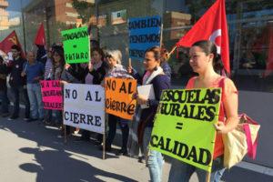 CGT se concentró hoy en la Delegación de Educación por la defensa de las Escuelas Rurales de Huelva