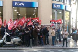 [Fotos] Protesta en València contra los despidos en el BBVA