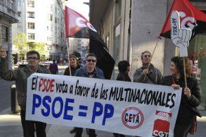 [Fotos] Concentración contra el CETA ante la sede del PSOE en Santander