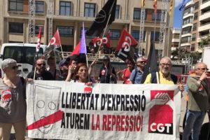[Fotos] Protesta ante el Ayuntamiento de Vila-real por la aplicación de la Ley Mordaza a cuatro sindicalistas de CGT