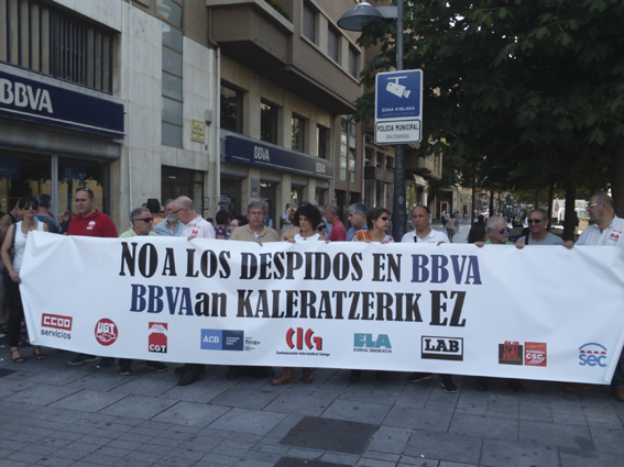 CGT se concentra frente a la oficina del BBVA para denunciar el despido de una trabajadora