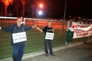 Miembros de la CGT se encadenan en las puertas de Acerinox