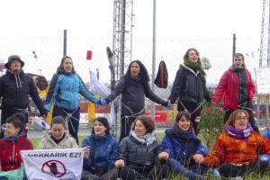 El Feminismo se encadena en el puerto de Bilbao