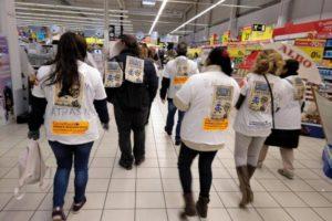 Carrefour deja en la calle a las limpiadoras de Servimil