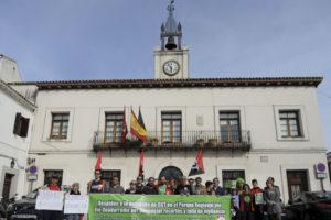 Concentración ante el pleno de Villaviciosa, que acuerda solicitar a la CAM el cese del conservador del PR del Río Guadarrama