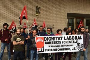[Fotos] CGT se concentra ante los Juzgados de Castelló para reivindicar dignidad laboral para los bomberos forestales