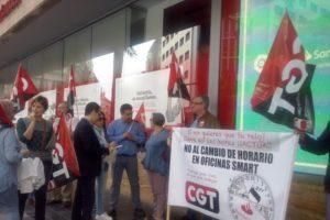 [Fotos] CGT se concentra en Valencia contra la pretensión de Banco Santander de imponer tres horas de ampliación de la jornada laboral
