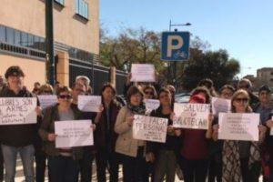Concentración para exigir más personal para la biblioteca Rafalafena e impedir que se cierre por las tardes