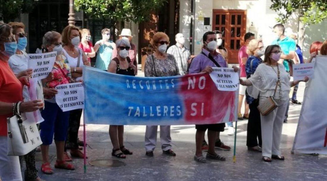 El servicio público de actividades para mayores e infancia del Ayuntamiento de Granada congelado y bajo la amenaza de los recortes