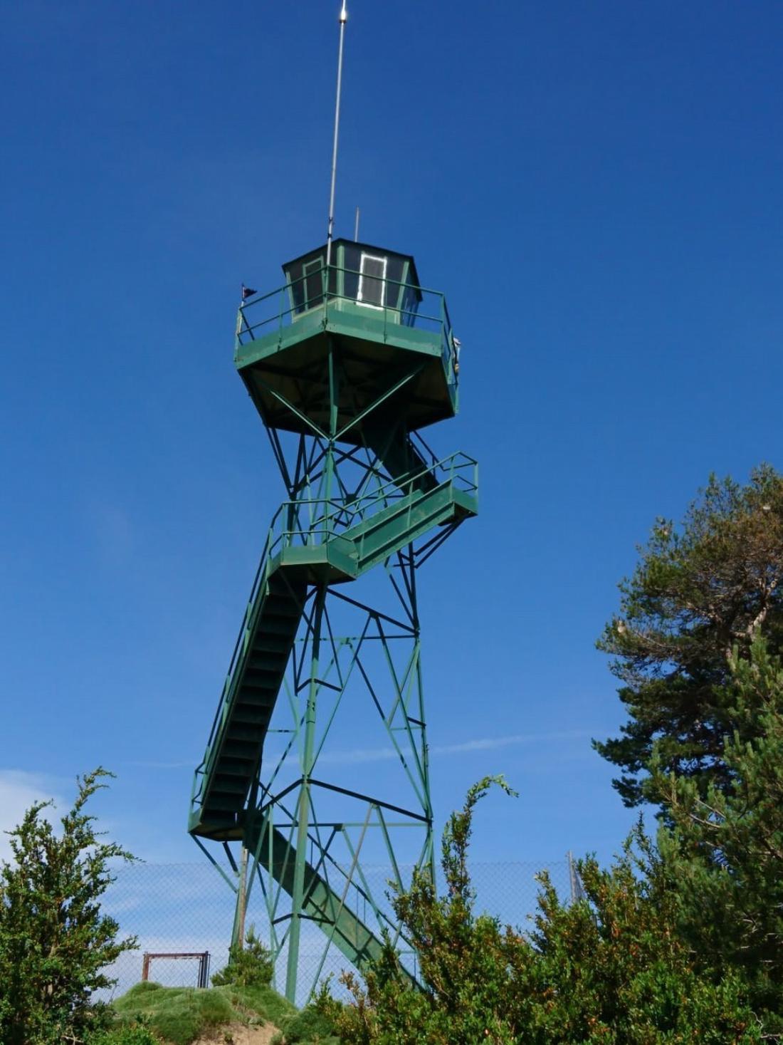 Las torres de vigilancia de incendios forestales se quedan vacías. Un año más, las personas vigilantes son despedidas. Sin novedad.