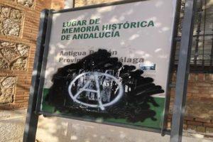 Limpieza del cartel que señala como Lugar de Memoria Histórica a la antigua Prisión Provincial en Cruz de Humilladero (Málaga)