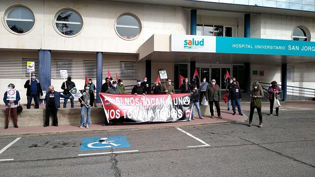 Decenas de personas se concentran en el hospital San Jorge de Huesca