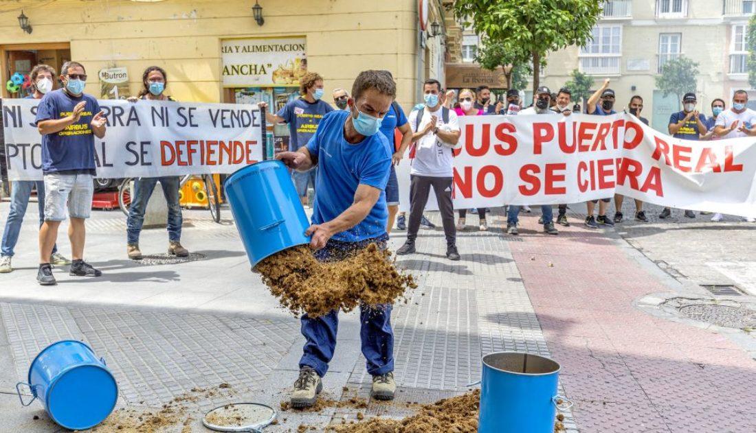 La sede del PSOE de Cádiz se llena de estiércol en protesta por el cierre de Airbus Puerto Real