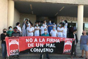 """El sindicato CGT Huelva denuncia cómo UGT ha """"vendido"""" ante la empresa a la plantilla de Ferrovial Servicios, encargada de la limpieza del Hospital Juan Ramón Jiménez, con la firma en solitario del nuevo convenio colectivo"""